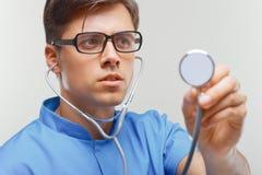 Doktor med en stetoskop i händerna royaltyfria foton
