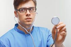 Doktor med en stetoskop i händerna arkivfoto