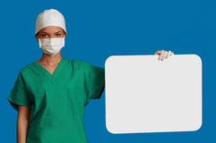 Doktor med ett blankt bräde Royaltyfri Foto