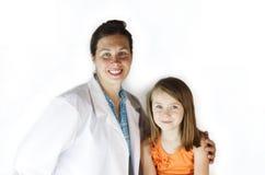 Doktor med flickatålmodign Royaltyfri Fotografi