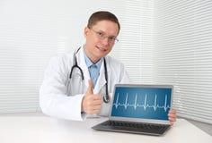 Doktor med hjärtataktdiagrammet Arkivfoto