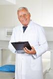 Doktor med kontrollistan i radiologi Arkivfoton