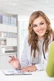Doktor med kvinnligtålmodign Vänskapsmatch lycklig doktor med Stethosc Arkivfoton