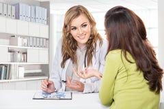 Doktor med kvinnligtålmodign Vänskapsmatch lycklig doktor med Stethosc Fotografering för Bildbyråer