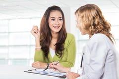 Doktor med kvinnligtålmodign Vänskapsmatch lycklig doktor med Stethosc Royaltyfri Fotografi