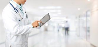 Doktor med minnestavladatoren p? sjukhuset royaltyfri foto