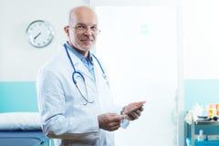 Doktor med minnestavlan Fotografering för Bildbyråer