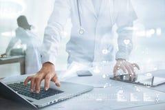Doktor med nätverket för rörande symbol för stetoskop det medicinska Fotografering för Bildbyråer