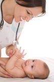 Doktor med nyfött fotografering för bildbyråer