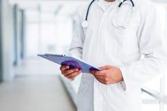 Doktor med paperboard arkivbild