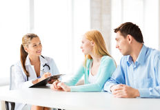Doktor med patienter i kabinett Arkivfoton