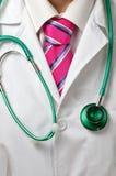 Doktor med stetoskopet och den rosa tien Royaltyfri Foto