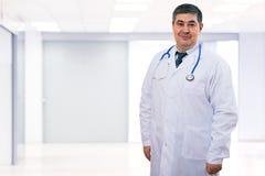 Doktor med stetoskopet runt om hans hals som ser kameran Fotografering för Bildbyråer