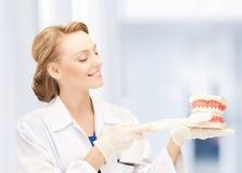 Doktor med tandborsten och käkar i sjukhus royaltyfri foto