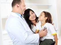 Doktor med ungen Arkivfoton