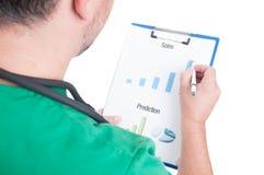 Doktor-, Mediziner- oder Krankenhausmanager, der Diagramme analysiert Lizenzfreies Stockfoto