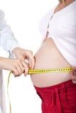 Doktor misst Bauch der schwangeren Frau Lizenzfreie Stockfotos
