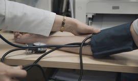 Doktor misst Blutdruck des Patienten Lizenzfreie Stockbilder