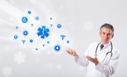 Doktor mit blauen medizinischen Ikonen Stockbilder