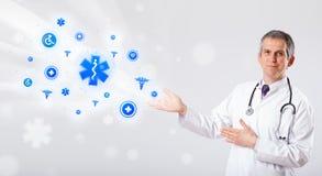 Doktor mit blauen medizinischen Ikonen Lizenzfreie Stockfotos