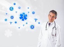 Doktor mit blauen medizinischen Ikonen Lizenzfreie Stockbilder