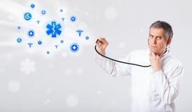 Doktor mit blauen medizinischen Ikonen Stockfotografie
