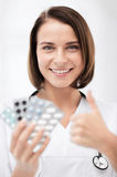 Doktor mit Blisterpackungen Pillen Lizenzfreie Stockfotografie