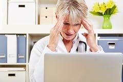 Doktor mit Burnout im Büro Lizenzfreies Stockbild