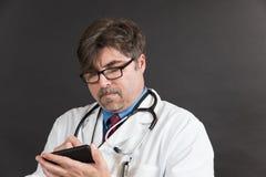 Doktor mit Computer-Tablet Stockfotos