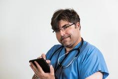 Doktor mit Computer-Tablet Stockfotografie
