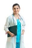 Doktor mit dem Klemmbrett lokalisiert auf Weiß Lizenzfreie Stockfotografie