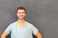 Doktor mit dem Stethoskop, das mit Kopienraum steht Stockfotografie