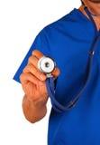 Doktor mit dem Stethoskop getrennt auf weißem Hintergrund Lizenzfreie Stockfotos