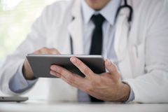 Doktor mit digitaler Tablette Stockfotografie