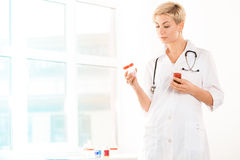 Doktor mit Drogen Stockfotos
