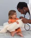 Doktor mit einem Kind in einem Krankenhaus lizenzfreie stockfotos
