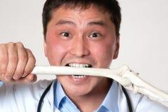 Doktor mit einem Knochen lizenzfreie stockbilder