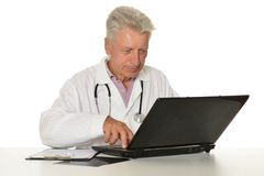 Doktor mit einem Laptop Stockbild