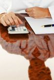 Doktor mit einem Rechner. Medizinische Praxis der Kostenberechnung Stockbilder