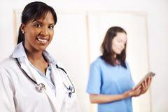 Doktor mit einem seiner Mitarbeiter stockfoto