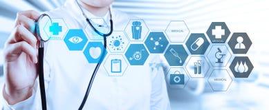 Doktor mit einem Stethoskop in den Händen Stockbilder