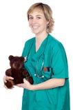 Doktor mit einem Teddybären stockbild