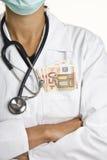 Doktor mit Euroanmerkungen Stockbild