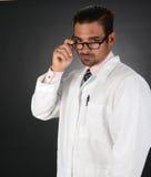 Doktor mit falschen Nachrichten Lizenzfreie Stockfotografie