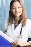 Doktor mit Faltblatt Lizenzfreie Stockfotografie
