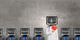 Doktor mit Fernsehen anstelle des Kopfes Gemischte Medien stockfotos