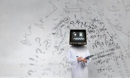 Doktor mit Fernsehen anstelle des Kopfes Gemischte Medien lizenzfreie stockbilder