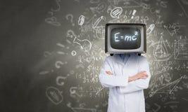 Doktor mit Fernsehen anstelle des Kopfes Gemischte Medien stockbild