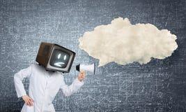 Doktor mit Fernsehen anstelle des Kopfes Gemischte Medien Gemischte Medien stockbild