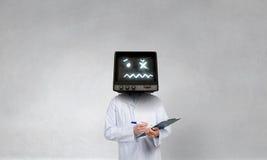 Doktor mit Fernsehen anstelle des Kopfes Gemischte Medien Gemischte Medien stockbilder